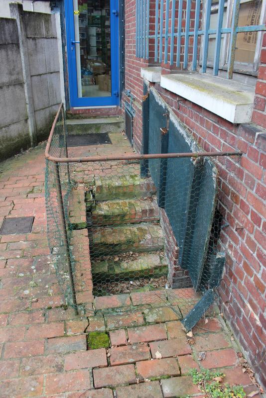 avant - création d'une porte d'accés de cave sur mesure